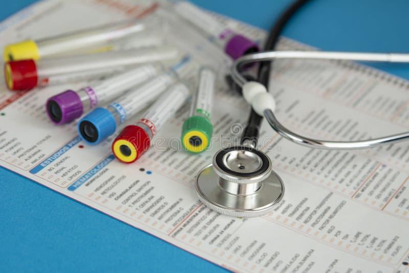 Διάφοροι σωλήνες για το αίμα και δείγματα ούρων με την ιατρική έκθεση στοκ φωτογραφία
