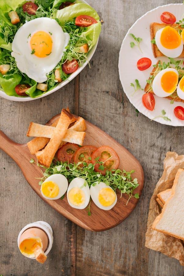 Διάφοροι τρόποι τα αυγά κοτόπουλου Πρόγευμα με τα αυγά στοκ φωτογραφία με δικαίωμα ελεύθερης χρήσης