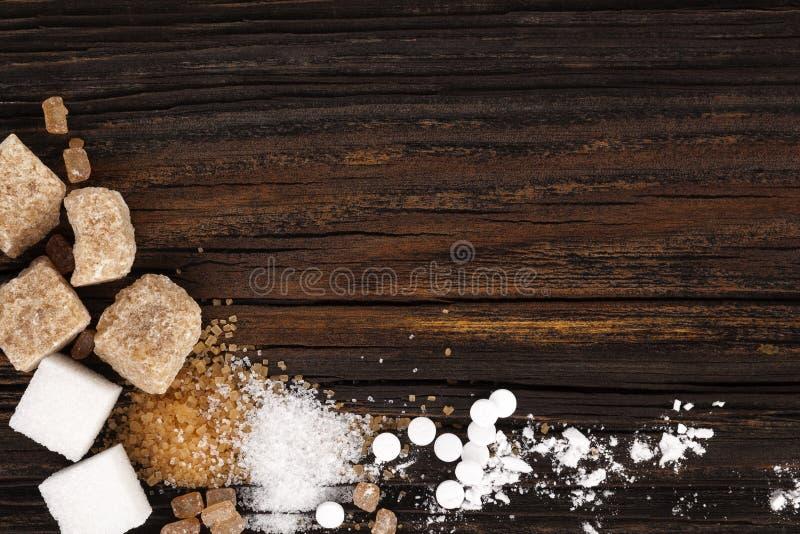 Διάφοροι τύποι ζαχαρών άνωθεν στον ξύλινο πίνακα στοκ φωτογραφίες