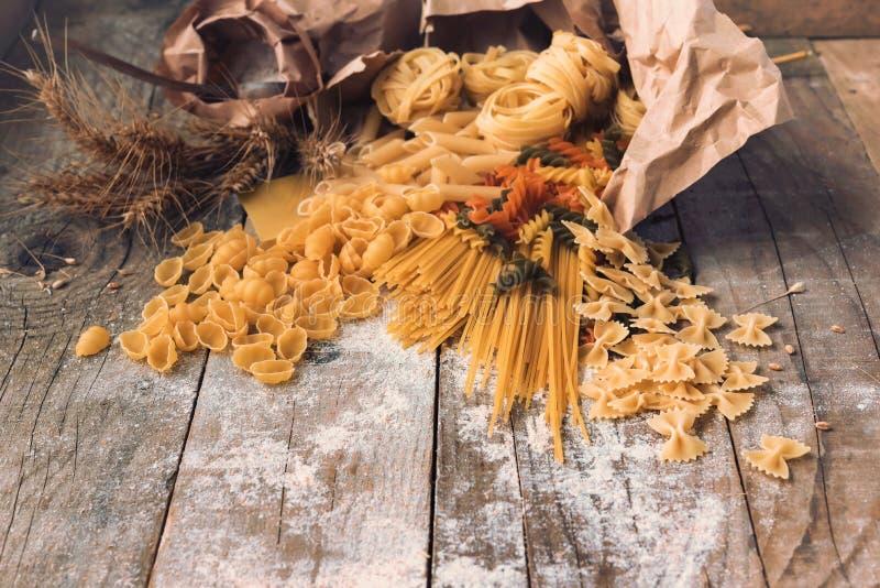 Διάφοροι τύποι ιταλικών ζυμαρικών στο ξύλινο υπόβαθρο στοκ φωτογραφίες με δικαίωμα ελεύθερης χρήσης