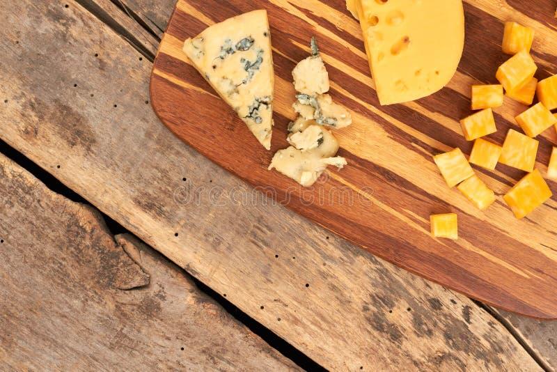 Διάφοροι τύποι τυριών στον τέμνοντα πίνακα στοκ εικόνα με δικαίωμα ελεύθερης χρήσης