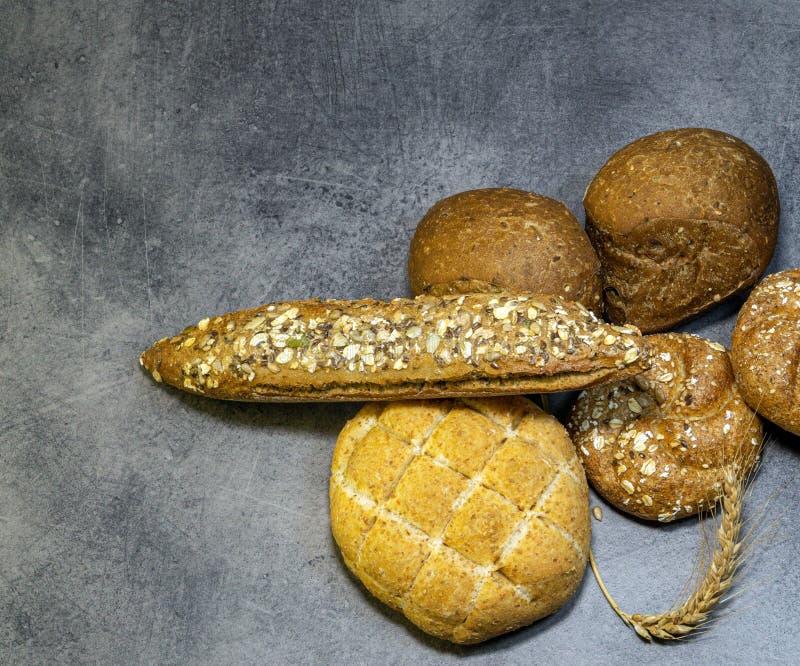 Διάφοροι τύποι φρέσκων ψωμιών σε έναν πίνακα πετρών, κινηματογράφηση σε πρώτο πλάνο, με spikelet του σίτου στοκ φωτογραφία με δικαίωμα ελεύθερης χρήσης