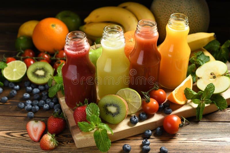 Διάφοροι φρέσκοι καταφερτζήδες φρούτων και λαχανικών στα μπουκάλια στοκ εικόνα με δικαίωμα ελεύθερης χρήσης