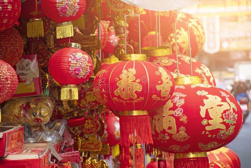 Διάφορος της πώλησης decolation γοητειών στην πόλη της Κίνας μέσα πριν από την κινεζική Πρωτοχρονιά στοκ φωτογραφίες