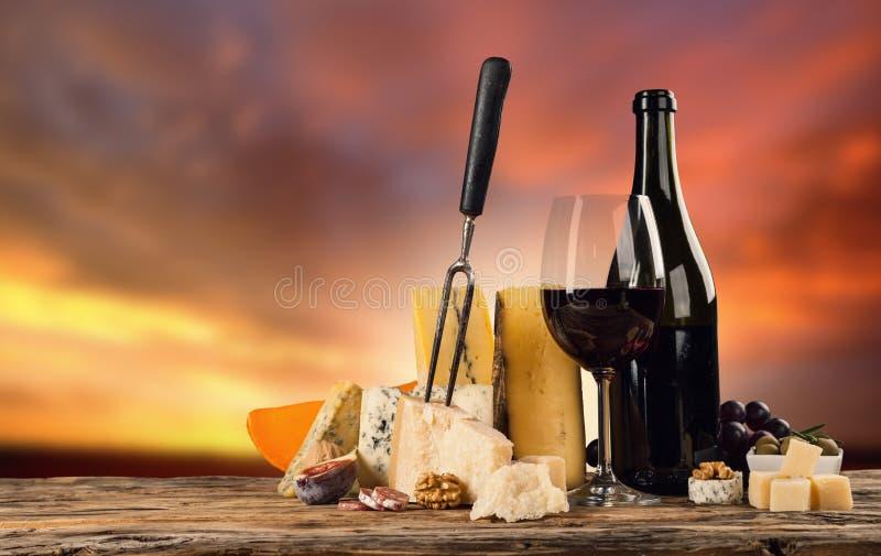 Διάφορο είδος τυριού με το κρασί στοκ εικόνα με δικαίωμα ελεύθερης χρήσης