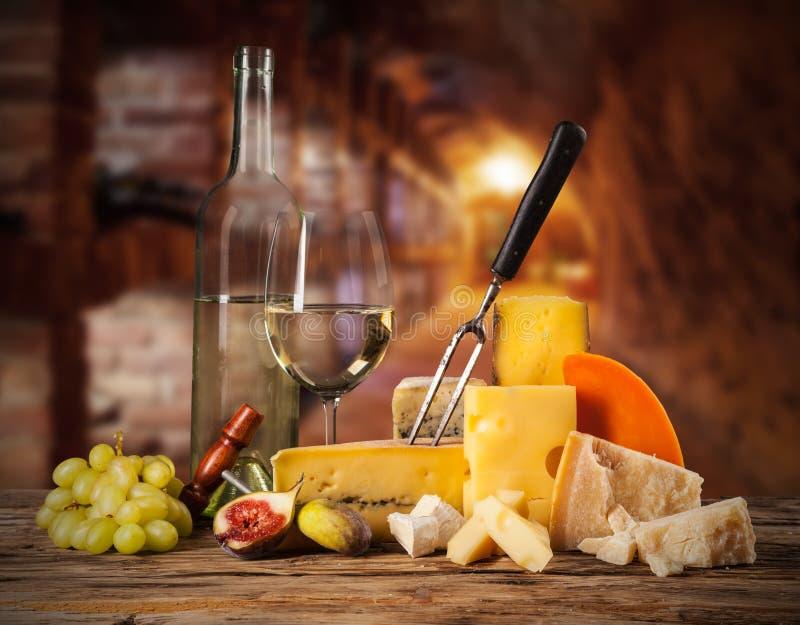 Διάφορο είδος τυριού με το κρασί στοκ εικόνες