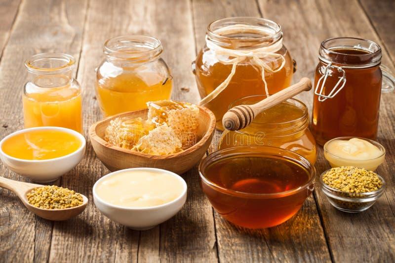 Διάφορο μέλι στον ξύλινο πίνακα στοκ φωτογραφίες με δικαίωμα ελεύθερης χρήσης