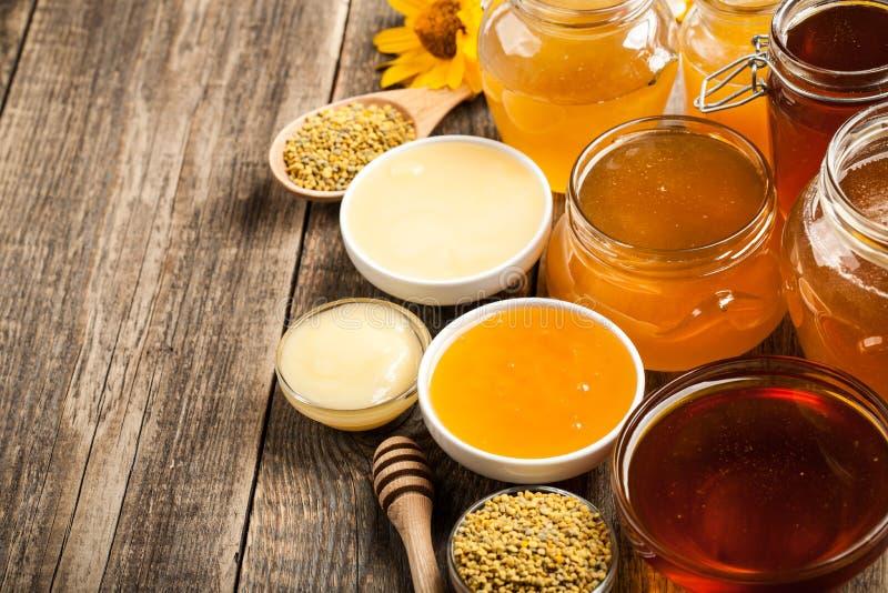Διάφορο μέλι στον ξύλινο πίνακα στοκ φωτογραφίες