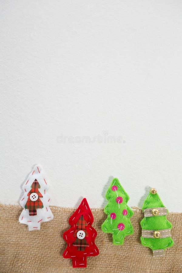 Διάφορο χειροποίητο χριστουγεννιάτικο δέντρο στο άσπρο υπόβαθρο στοκ εικόνες