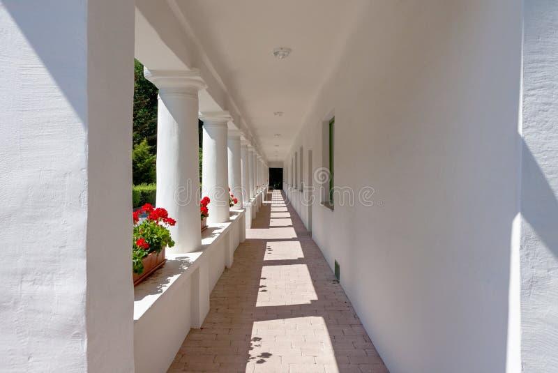 Διάδρομος εξωτερικός ενός παλαιού σπιτιού στοκ φωτογραφία