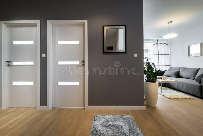 Διάδρομος και καθιστικό στο σύγχρονο διαμέρισμα στοκ εικόνες