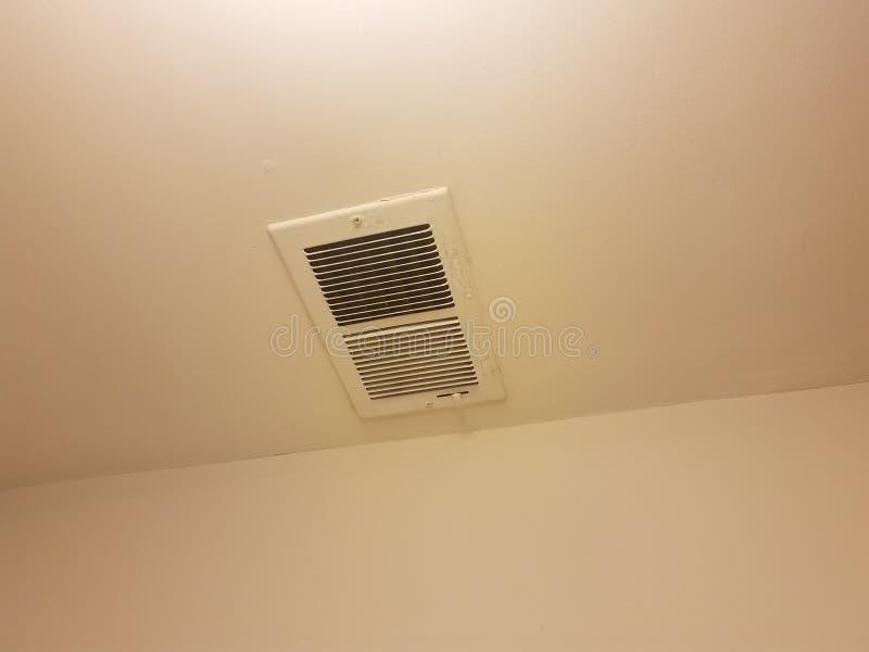 Διέξοδος στην οροφή και τον άσπρο τοίχο στοκ εικόνα με δικαίωμα ελεύθερης χρήσης