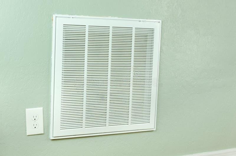 Διέξοδος εισαγωγής φίλτρων κλιματιστικών μηχανημάτων σπιτιών στον τοίχο στοκ φωτογραφία με δικαίωμα ελεύθερης χρήσης