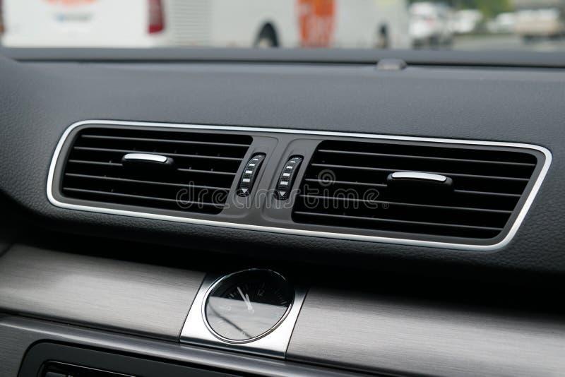 Διέξοδος εξαερισμού αυτοκινήτων με το αναλογικό ρολόι στοκ φωτογραφίες με δικαίωμα ελεύθερης χρήσης