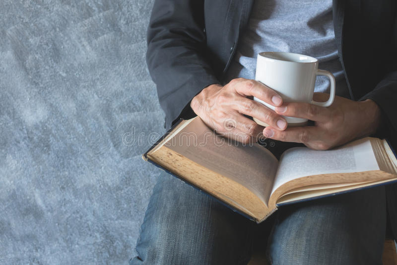 Διαβάστε ένα βιβλίο, απολαύστε τον καφέ στοκ εικόνες