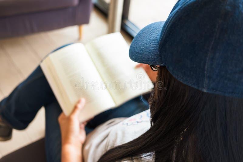 Διαβάστε τον ελεύθερο χρόνο βιβλίων στοκ εικόνες με δικαίωμα ελεύθερης χρήσης