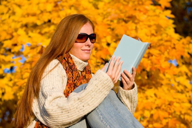 διαβασμένη γυναίκα ηλιο&bet στοκ εικόνα