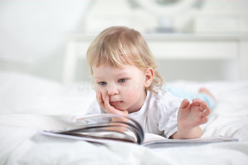 διαβασμένο αγόρι βιβλίο στοκ φωτογραφία με δικαίωμα ελεύθερης χρήσης