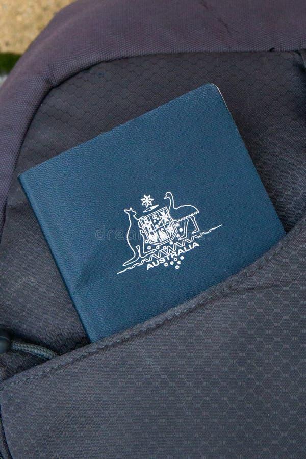 Διαβατήριο που γλιστριέται στην μπροστινή τσέπη τσαντών έτοιμη για το ταξίδι στοκ φωτογραφία με δικαίωμα ελεύθερης χρήσης