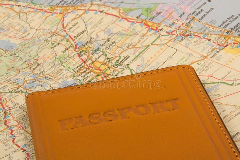 Διαβατήριο σε έναν χάρτη στοκ εικόνες