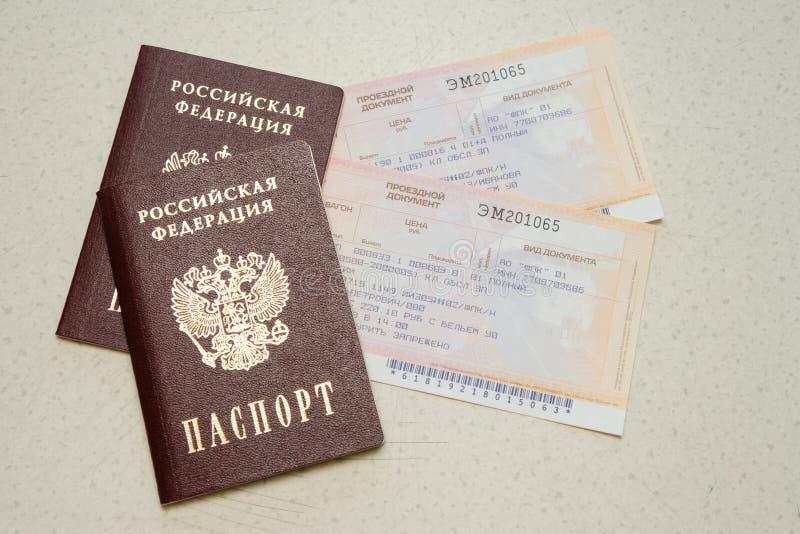 Διαβατήριο δύο του πολίτη Ρωσικής Ομοσπονδίας και δύο εισιτηρίων σε ένα τραίνο στοκ φωτογραφία με δικαίωμα ελεύθερης χρήσης