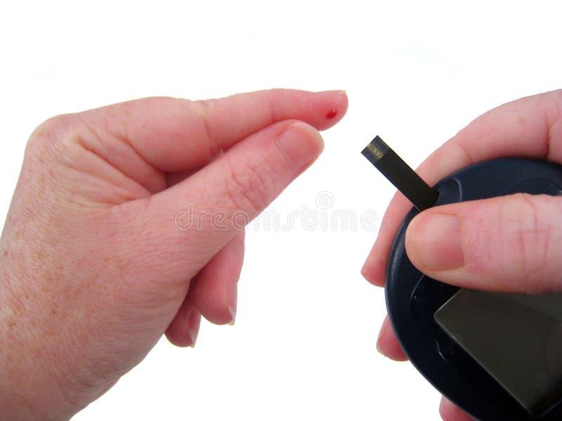 διαβητικές χρήσεις glucometer στοκ εικόνες