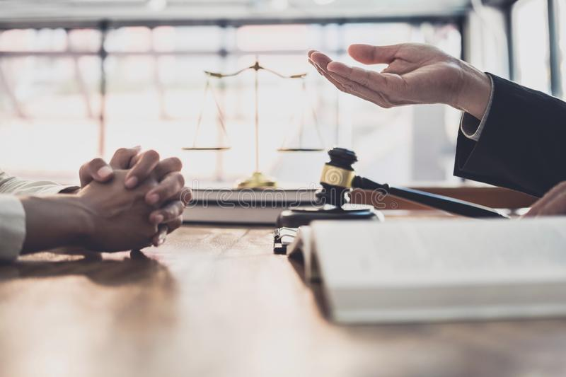 Διαβουλεύσεις και διάσκεψη της επαγγελματικής επιχειρηματία και της αρσενικής εργασίας δικηγόρων και συζήτηση που έχει στην εταιρ στοκ εικόνα