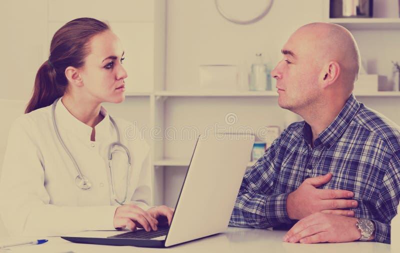 Διαβουλεύσεις επίσκεψης πελατών ατόμων με το θηλυκό γιατρό στοκ φωτογραφίες με δικαίωμα ελεύθερης χρήσης