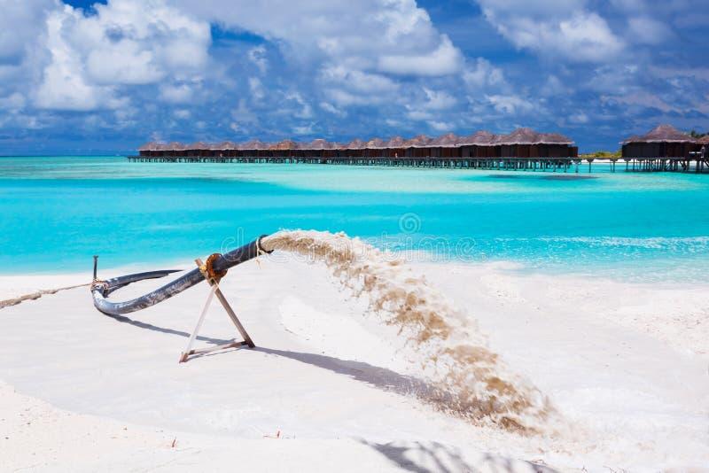 διαβρωμένη η παραλία τροφοδότηση αντικαθιστά την άμμο στα κύματα στοκ φωτογραφία με δικαίωμα ελεύθερης χρήσης