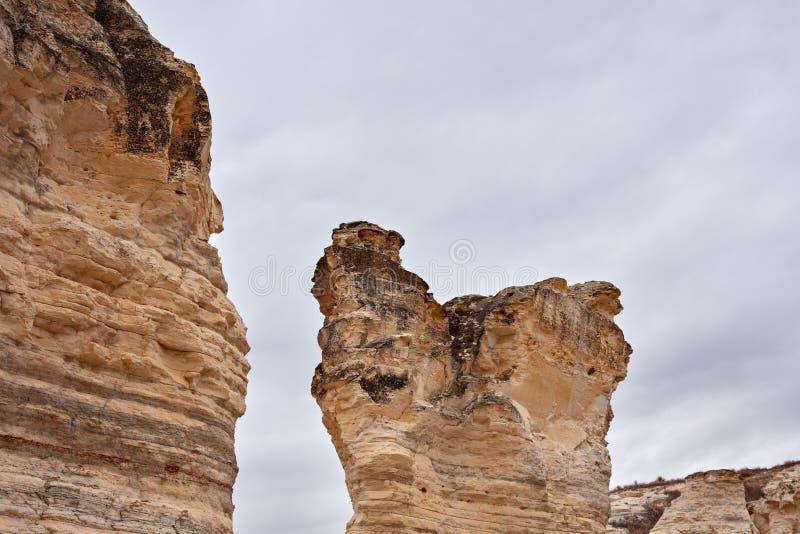 Διαβρωμένος σχηματισμός βράχου που παρουσιάζει στρώματα των στρωμάτων στοκ φωτογραφία