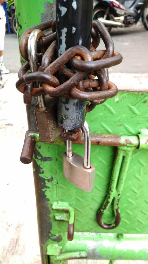 Διαβρωτικά αλυσίδα και λουκέτο στην πράσινη πύλη σιδήρου στοκ φωτογραφία με δικαίωμα ελεύθερης χρήσης