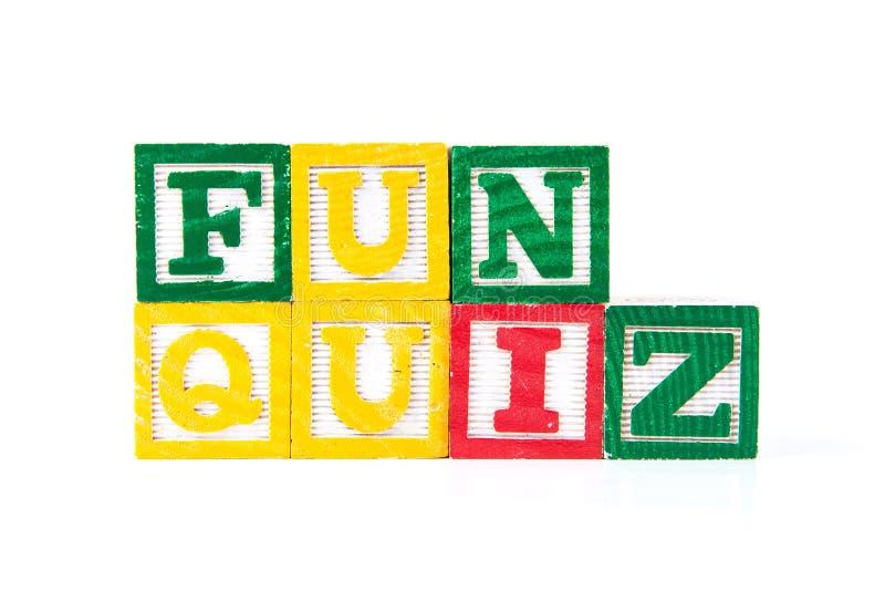 Διαγωνισμός γνώσεων διασκέδασης - φραγμοί μωρών αλφάβητου στο λευκό στοκ φωτογραφίες