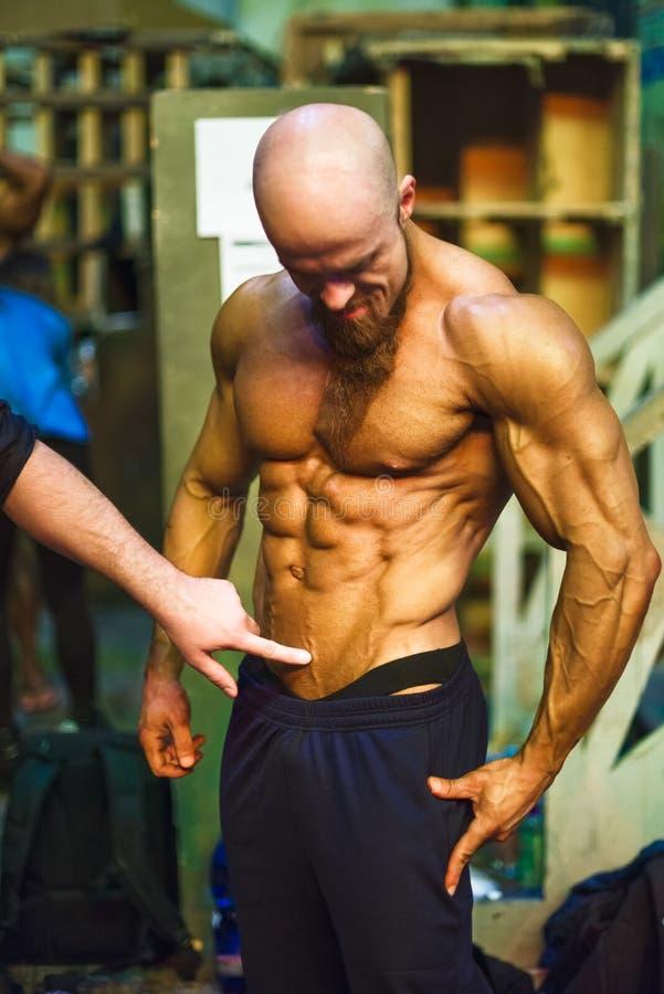 Διαγωνισμός Bodybuilding πίσω από τις σκηνές: ο αγωνιζόμενος προετοιμάζεται για την απόδοση στοκ φωτογραφία με δικαίωμα ελεύθερης χρήσης
