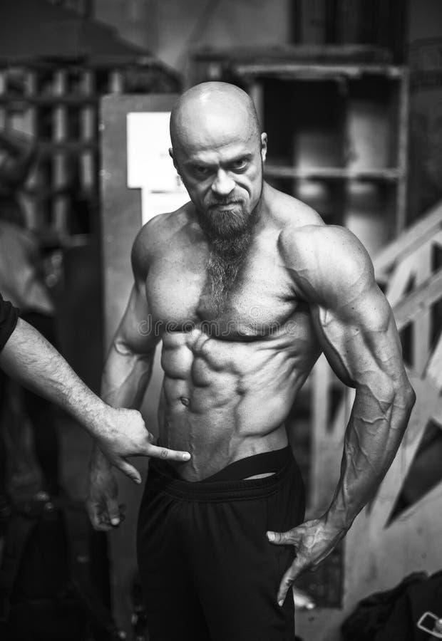 Διαγωνισμός Bodybuilding πίσω από τις σκηνές: ο αγωνιζόμενος προετοιμάζεται για την απόδοση Εκλεκτική εστίαση στοκ εικόνες