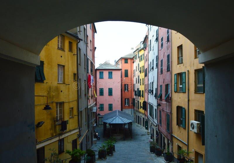Διαγώνια οδός Santa Brigida Salita μέσω της παλαιάς πόλης Γένοβα, Ιταλία οδών Balbi στοκ φωτογραφία