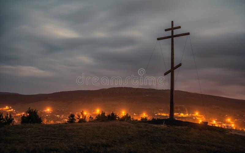 """Διαγώνια στάση λατρείας στο βουνό στα πλαίσια Ï""""Î¿Ï… περιφερειακού κέντρ στοκ εικόνα με δικαίωμα ελεύθερης χρήσης"""