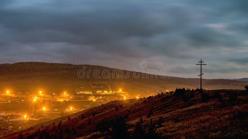 """Διαγώνια στάση λατρείας στο βουνό στα πλαίσια Ï""""Î¿Ï… περιφερειακού κέντρ στοκ φωτογραφίες με δικαίωμα ελεύθερης χρήσης"""