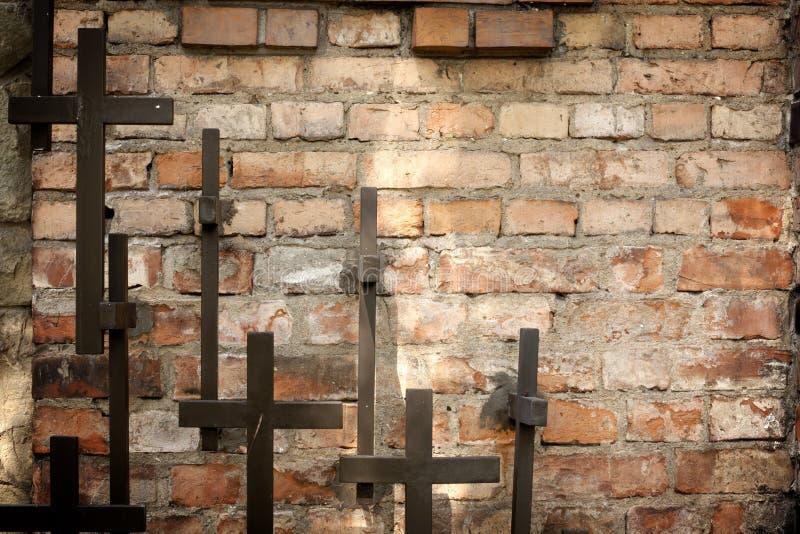 Διαγώνιος και grunge τοίχος στο νεκροταφείο στοκ φωτογραφία με δικαίωμα ελεύθερης χρήσης