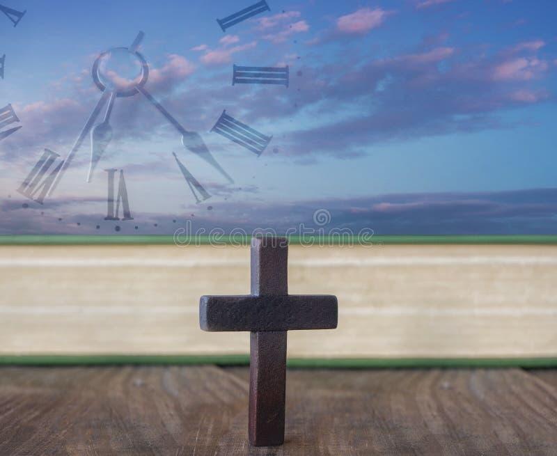 διαγώνιος καμμένος ουρανός Σταυρός και Βίβλος στοκ εικόνα