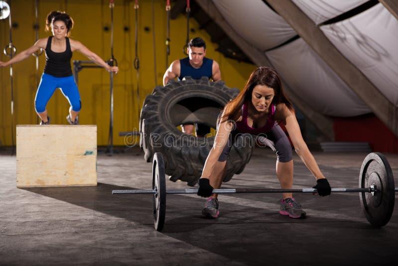 Διαγώνιος-κατάρτιση σε μια γυμναστική στοκ φωτογραφίες