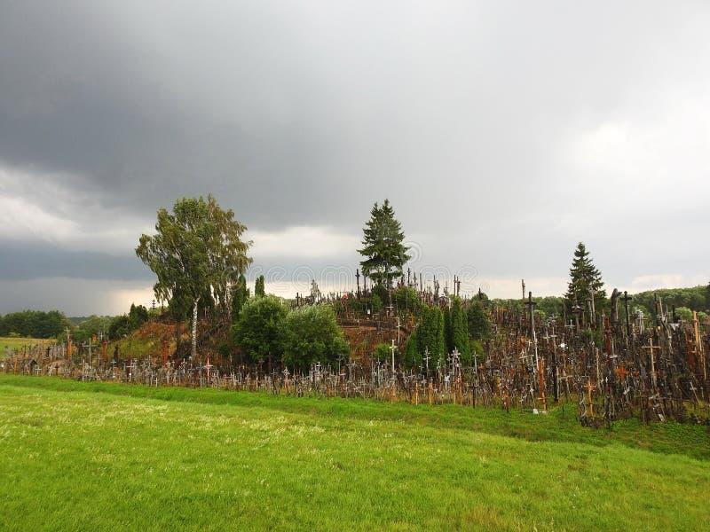 Διαγώνιος λόφος πριν από τη βροχή, Λιθουανία στοκ φωτογραφία με δικαίωμα ελεύθερης χρήσης