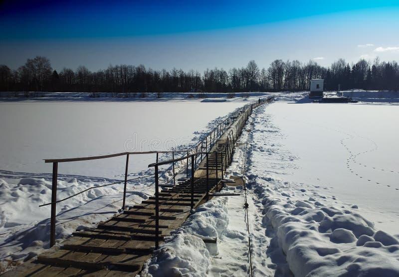 Διαγώνιο τοποθετημένο υπόβαθρο τοπίων χειμερινών γεφυρών στοκ εικόνες