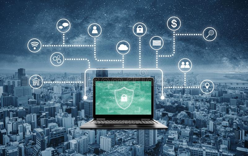 Διαδίκτυο και σε απευθείας σύνδεση σύστημα ασφαλείας δικτύων Φορητός προσωπικός υπολογιστής με το εικονίδιο προστασίας προστατευτ στοκ εικόνες
