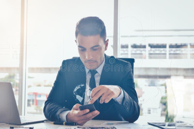 Διαδίκτυο της έννοιας πραγμάτων, επιχειρηματίας που χρησιμοποιεί το smartphone με τις τεχνολογίες ελέγχει την επιχείρηση και την  στοκ εικόνες