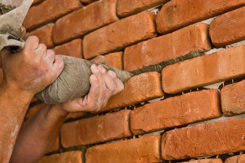 Διαδικασία έναν τούβλινο τοίχο, εγχώρια ανακαίνιση στοκ φωτογραφία