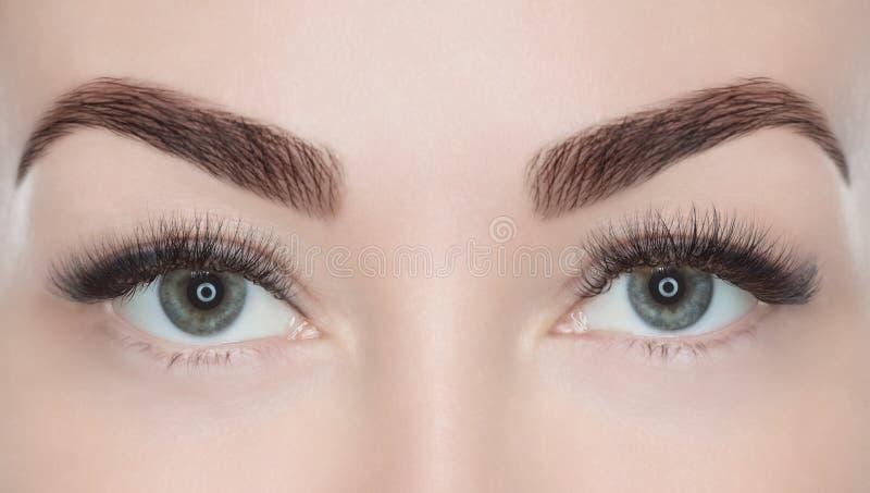 Διαδικασία για την επέκταση eyelash Εξετάστε τη φωτογραφική μηχανή στοκ φωτογραφίες