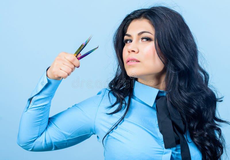 Διαδικασία επέκτασης Eyelash Beautician Μόνιμο Makeup όμορφα τσιμπιδάκια λαβής γυναικών eyelash κύρια Διόρθωση φρυδιών στοκ φωτογραφία