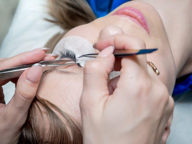 Διαδικασία της επέκτασης eyelash σε ένα σαλόνι ομορφιάς στοκ εικόνες