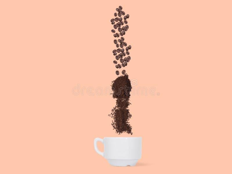 Διαδικασία της κατασκευής του καφέ στο σχηματικό ύφος Φασόλια καφέ, πτώση επίγειου καφέ σε ένα φλυτζάνι στοκ φωτογραφίες
