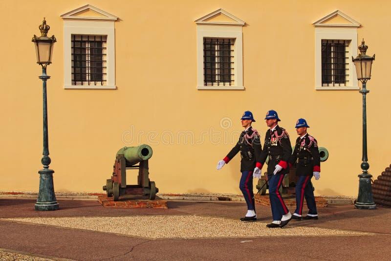 Διαδικασία τη φρουρά στην είσοδο του παλατιού του πρίγκηπα του Μονακό Άτομα φρουράς του Castle, στρατιώτης στο καθήκον σκοπών στοκ φωτογραφία